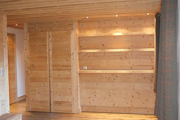 Joinery a b l o n d i meribel m ribel 3 vallees for Armoire de cuisine en pin
